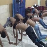 Remaja yang diamankan, disuruh push up agar tak melakukan hal seperti itu lagi (Agus Salam/Jatim TIMES)