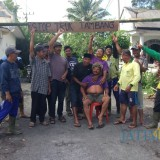 Warga Sumberwuluh Kecamatan Candipuro menutup jalan untuk angkutan pasir (Foto : Moch. R. Abdul Fatah / Jatim TIMES)