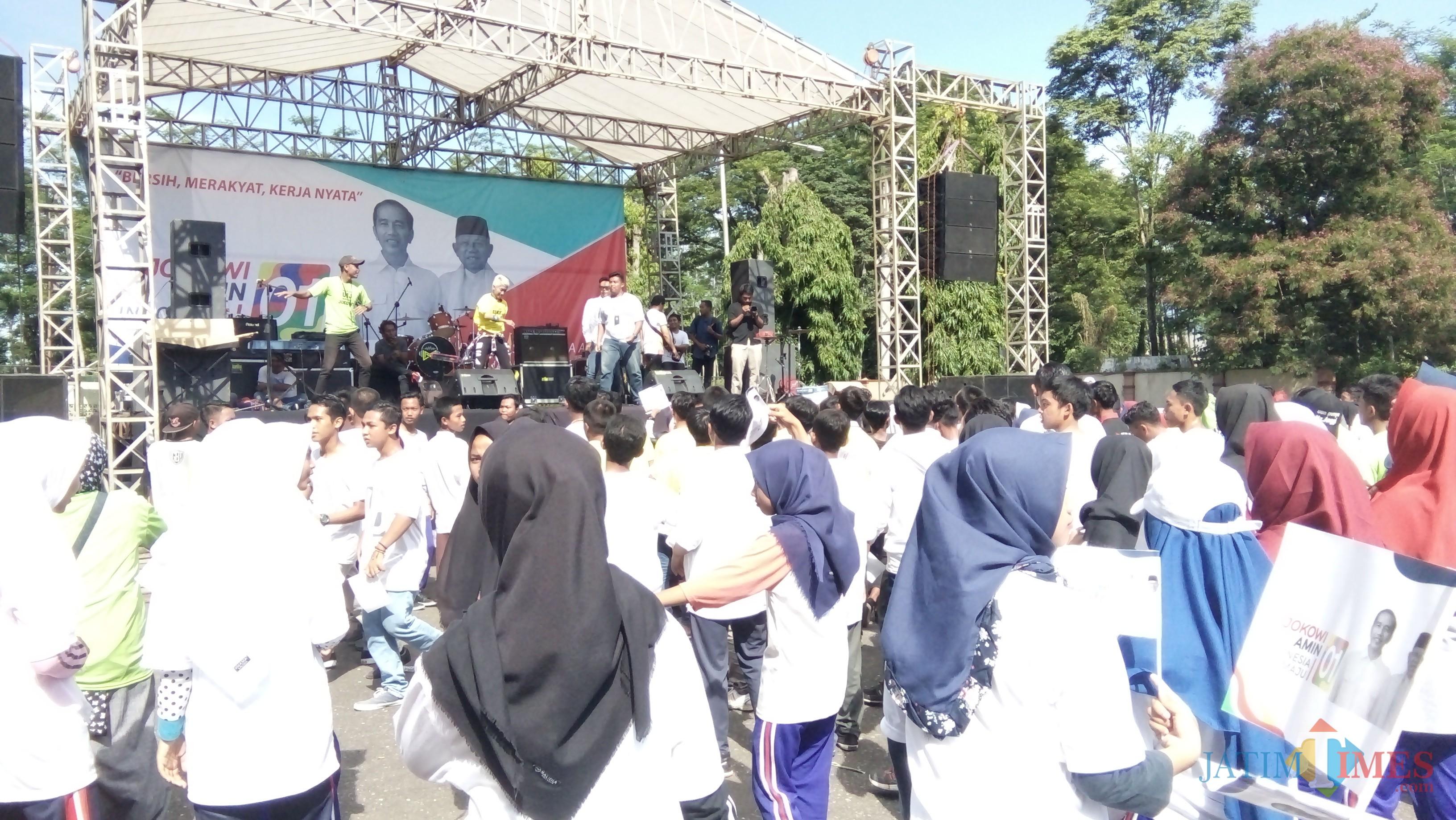 Sejumlah perwakilan alumni perguruan tinggi di Jember saat mendeklarasikan dukungannya kepada capres cawapres nomor urut 01 Jokowi Amin (foto : Moh. Ali Makrus / Jatim TIMES)