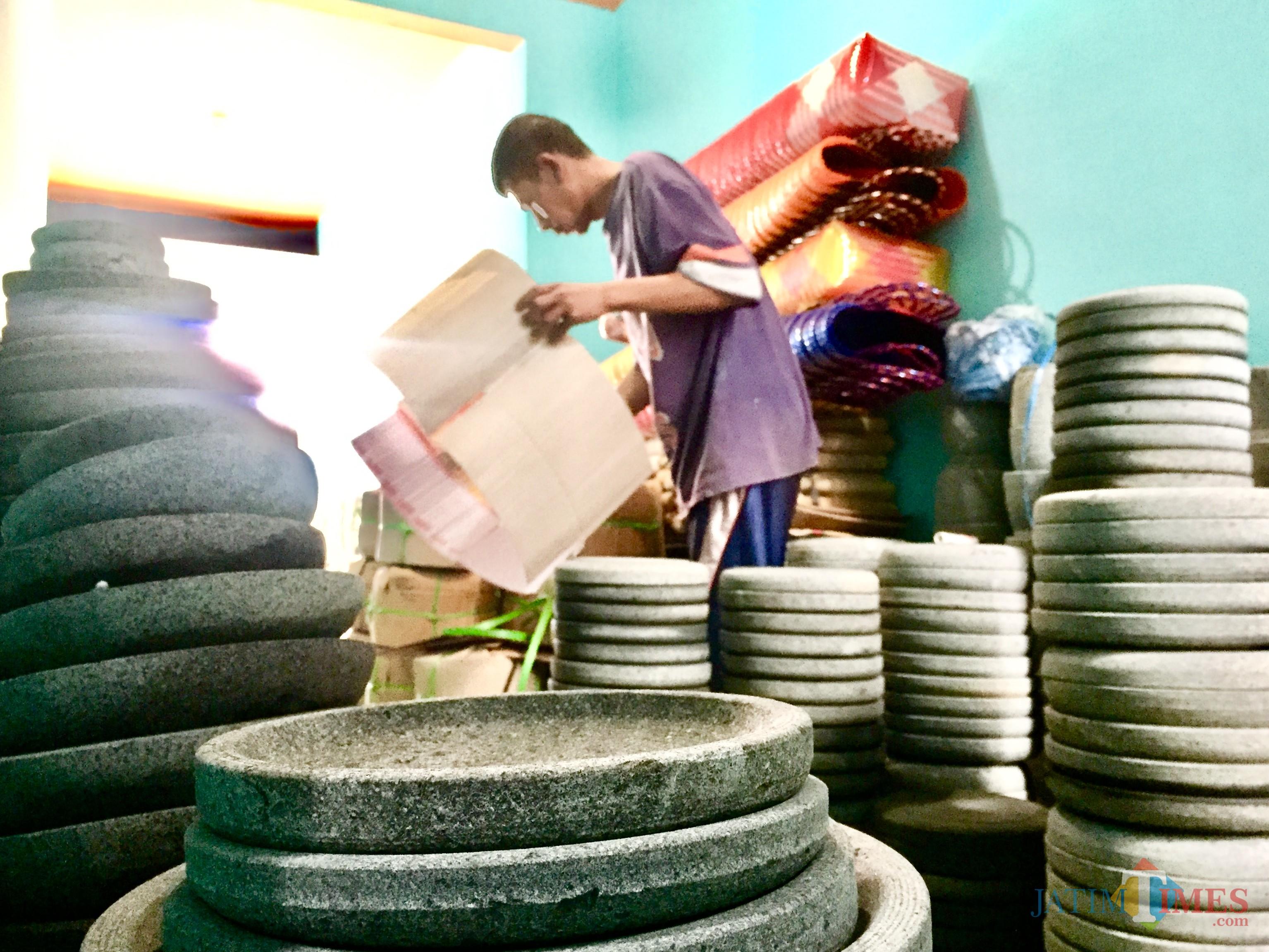 Produk cobek batu menjadi salah satu hadil produksi Mursid di Dusun RejosoDesa Junrejo Kecamatan Junrejo. (Foto: Irsya Richa/MalangTIMES)