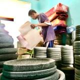 Produk cobek batu menjadi salah satu hadil produksi Mursid di Dusun Rejoso�Desa Junrejo Kecamatan Junrejo. (Foto: Irsya Richa/MalangTIMES)