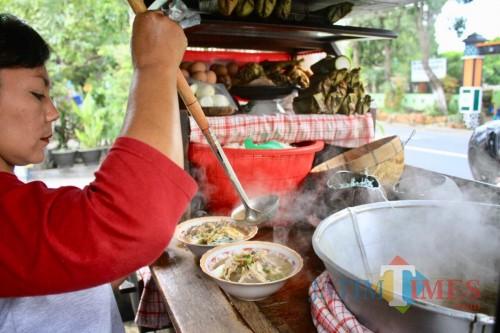 Soto Glugoe disuguhkan di atas mangkuk dengan Koya, telur, kecambah, dan jeruk perut di jalan Raya Moh. Hatta Desa Pendem, Kecamatan Junrejo, Kota Batu. (Foto: Irsya Richa/MalangTIMES)