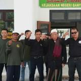 Ketua FPUI KH. Abdul Hanan (songkok putih) bersama anggotanya saat berada di Kejaksaan Negeri Banyuwangi