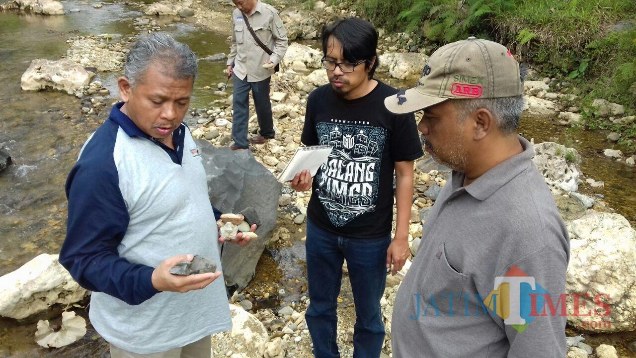 Dekan FMIPA UB Drs Adi Susilo M.Si, Ph.D (kiri), General Manager MalangTIMES Lazuardi Firdaus (tengah), Ketua Yayasan Garuda Khatulistiwa Rachmad Zakaria saat menelusuri sungai di Dampit.