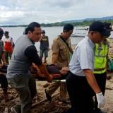 Petugas Polair bersama warga mengevakuasi mayat korban