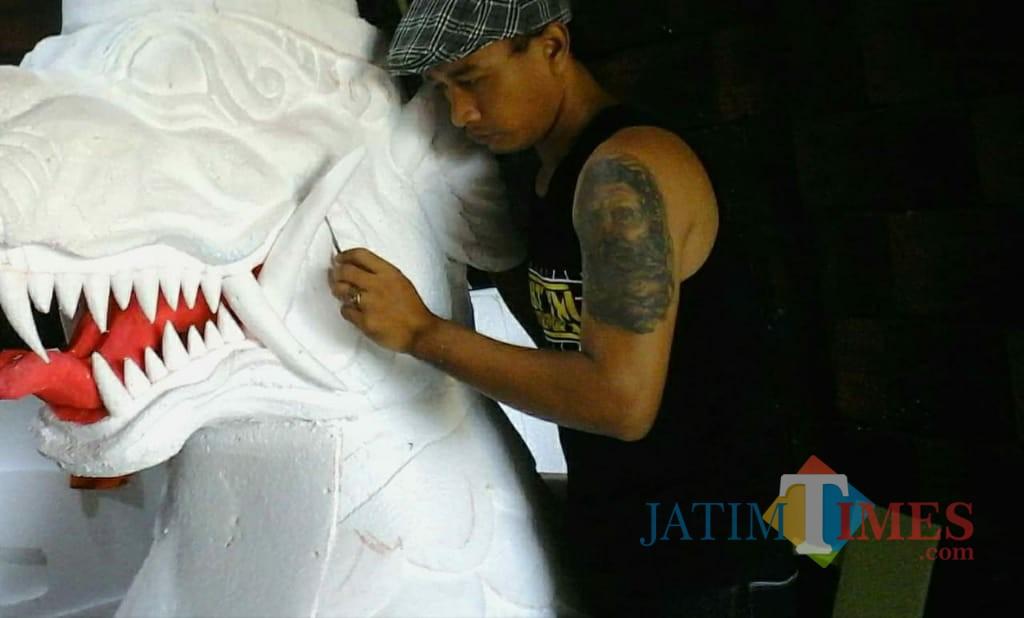 Suwito menunjukkan Properti Styrofoam hasil karyanya.(Foto : Team BlitarTIMES)