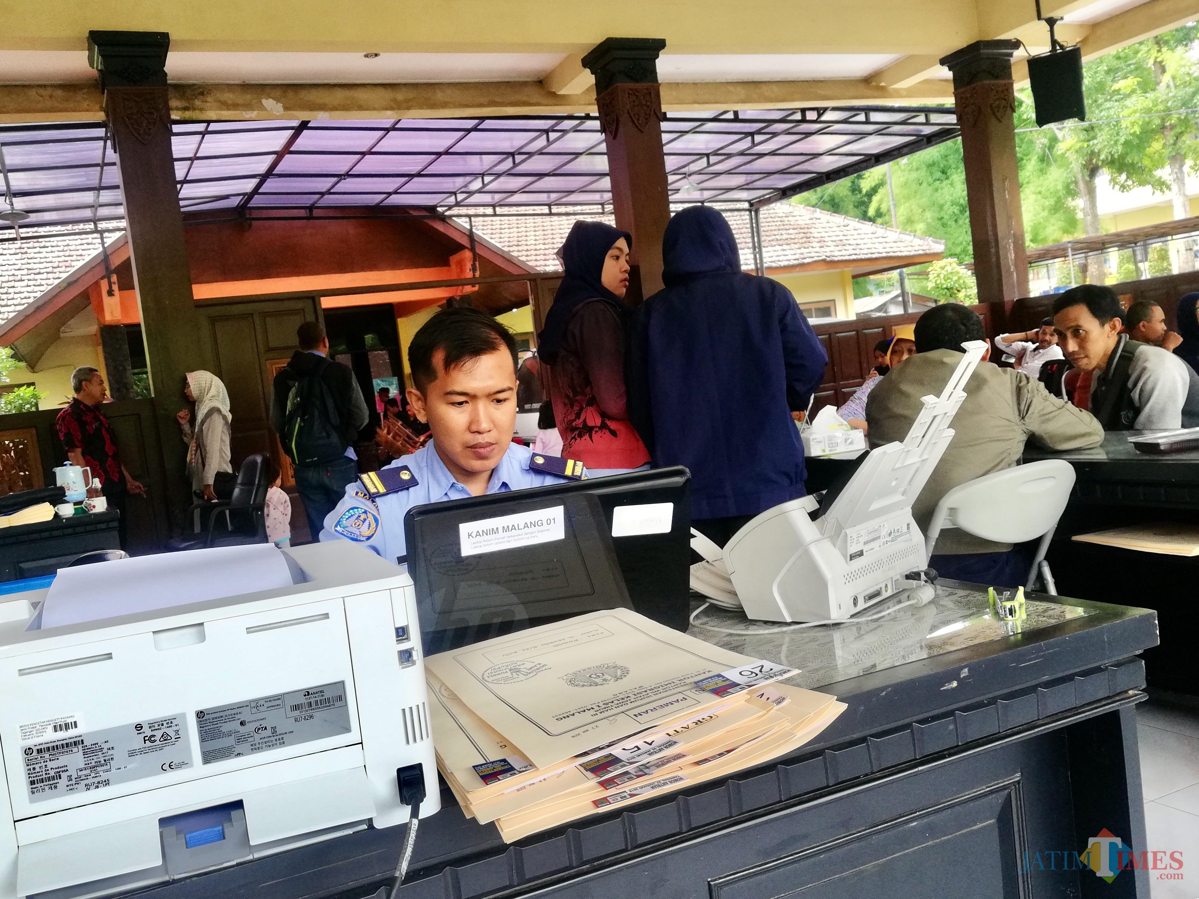 Pemohon saat melakukan proses pendaftaran di kantorKecamatan Junrejo, Kota Batu Selasa (22/1/2019). (Foto: Irsya Richa/MalangTIMES)