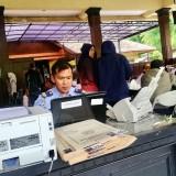 Pemohon saat melakukan proses pendaftaran di kantor�Kecamatan Junrejo, Kota Batu Selasa (22/1/2019). (Foto: Irsya Richa/MalangTIMES)