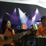 Siswa-siswa SMPK Pamerdi mengikuti ujian praktek Matematika dan Seni Budaya dengan membawakan musik berlirik rumus-rumus. (Foto: Nurlayla Ratri/MalangTIMES)