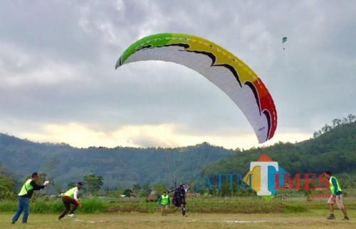 Para atlet pelatnas saat landing di lapangan Songgomaruto Kelurahan Songgokerto, Kecamatan Batu. (Foto: Irsya Richa/BatuTIMES)