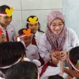 Bidan asal Cepu saat menjadi Relawan Pengajar di SDN Burno 3. (Foto: Pawitra/JatimTIMES)
