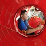 Halim Prayogo Sekretariat Tata Usaha Klenteng Tjoe Hwie Kiong mempersiapkan lampion untuk menyambut imlek. (eko Arif s /JatimTimes)