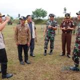 Kapolres, Bupati Lumajang dan Danrem 083 tampak berbincang usai latihan menembak hari ini (Foto : Moch. R. Abdul Fatah / Jatim TIMES)