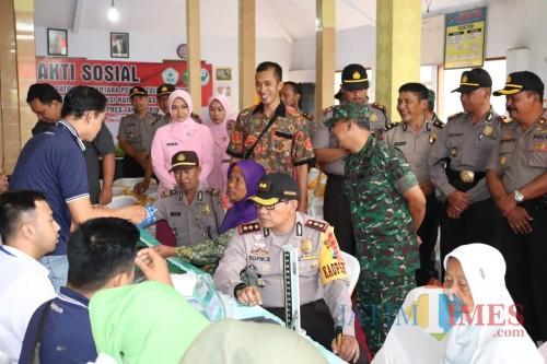 Kapolres Tulungagung AKBP Tofik Sukendar di tengah masyarakat yang hadir dalam pengobatan Gratis / Foto : Dokpol / Tulungagung TIMES