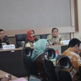 (kanan) Ketua Komisi A DPRD Provinsi Jatim,  H.M. Hasan Irsyad  bersanding dengan Bupati Jombang, Hj Mundjidah Wahab (tengah) saat membahas rencana peningkatan pendapatan perangkat desa di Pendopo Kabupaten Jombang. (Foto : Adi Rosul / JombangTIMES)