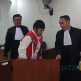 Terdakwa Agus Siswanto alias Agus Welek bersama tim pengacaranya meninggalkan ruang sidang, Selasa (22/1/2019) (Foto : Muhammad Hujaini/BanyuwangiTIMES)