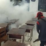 Petugas saat lakukan fogging di salah satu sekolah di Tulungagung (foto : Joko Pramono/JatimTIMES)
