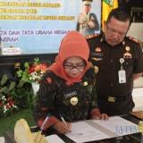 Bupati Jombang Hj Mundjidah Wahab tanda tangani MoU antara Pemkab Jombang dan Kejaksaan Negeri Jombang. (Foto : Adi Rosul / JombangTIMES)