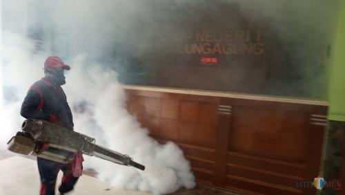 Petugas saat melakukan fogging di SMPN 1 Tulungagung (foto : Joko Pramono/JatimTIMES)
