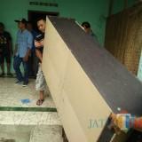 Beberapa barang yang masih dalam rumah di keluarkan dalam proses eksekusi / Foto : Anang Basso / Tulungagung TIMES