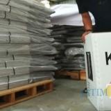 Ilustrasi, petugas KPU Kota Malang saat mengecek kotak-kotak suara berbahan dasar karton kedap air. (Foto: Nurlayla Ratri/MalangTIMES)