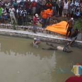 Kondisi mayat saat dilakukan proses evakuasi oleh petugas dan warga sekitar. (Foto : Adi Rosul / JombangTimes)