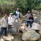 Dekan FMIPA UB Drs Adi Susilo M.Si, Ph.D (tengah) General Manager MalangTIMES Lazuardi Firdaus (kanan) saat melakukan Ekspedisi Malang Purba beberapa waktu lalu.