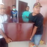 Petugas kamar mayat RSUD Blambangan membawa jenazah korban yang dijemput pihak keluarga untuk dibawa ke rumah duka.