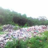 Sampah di Tempat Pembuangan Sementara (TPS) Perum BTU Malang terlihat menumpuk karena lama tidak diangkut ke Tempat Pembuangan Akhir (TPA), Rabu (23/1/2019) (Foto : Yogi Iqbal/MalangTIMES)