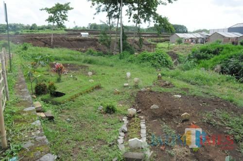 Kondisi Tempat Pemakaman Umum (TPU) Perumahan Bulan Terang Utama (BTU) yang sempit dan tidak sebanding dengan kebutuhan warga setempat (Foto : Yogi Iqbal/MalangTIMES)