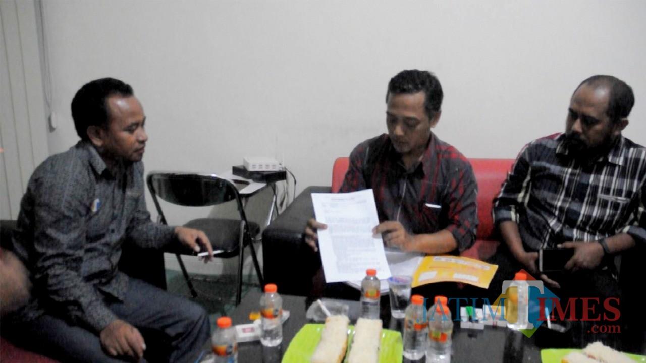 Perwakilan warga perumahan subsidi Perum BTU Malang menunjukkan surat yang dikirim ke Wali Kota Malang Drs Sutiaji di Kantor MalangTIMES, Selasa (22/1/2019) malam (Foto : Yogi Iqbal/MalangTIMES)