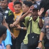 Amiruddin disambut antusias warga dan pengendara disepanjang jalan  (Agus Salam/Jatim TIMES)