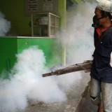 Fogging di salah satu kantin sekolah (foto : Joko Pramono/Jatimtimes)