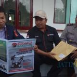 Komisioner Bawaslu Banyuwangi, Hasyim Wahid dan Hamim bersama Kapolsek Cluring Iptu Bejo Madrias sedang menelaah Tabloid Indonesia Barokah