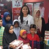 Koordinator Relawan BAJA, Ganisa Pratiwi Rumpoko bersama sejumlah anak yatim usai peluncuran Relawan BAJA