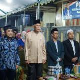 (Dari kiri ke kanan) Pakde Sol, Ustad Ibrahim Rois, dan dua perwakilan dari tokoh warga Perum Sukorejo Regency. (Foto: B. Setioko/JatimTIMES)