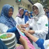 Kepala Dinas Kesehatan Kota Malang Asih Tri Rachmi Nuswantari memberikan penghargaan kepada puskesmas. (Foto: Imarotul Izzah/MalangTIMES)