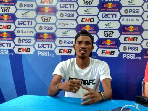 Bek kanan Arema FC, Alfin Tuasalamony (Hendra Saputra/ MalangTIMES)