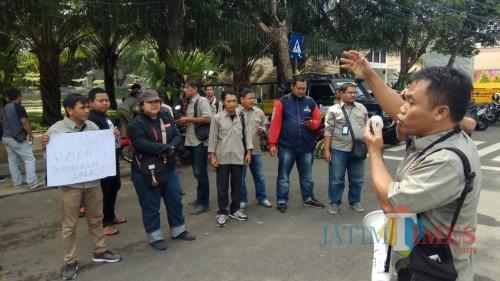 Ketua PWI Banyuwangi Syaifudin Mahmud melakukan orasi dalam aksi solidaritas pagi ini.