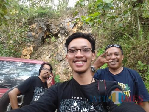 Tim Ekspedisi Malang Purba dari MalangTIMES mengambil gambar dengan latar belakang bebatuan yang mengandung mineral dan termasuk di dalamnya emas primer di salah satu pebukitan di Malang Selatan.