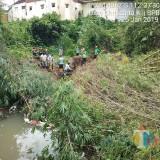 Pembersihan pohom bambu yang roboh ke bantaran sungai oleh warga dan petugas terkait (foto BPBD Malang Kota)