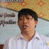 Anggota Bawaslu Kabupaten Jombang, Dafid Budiyanto saat diwawancarai sejumlah wartawan di kantornya. (Foto : Adi Rosul / JombangTIMES)