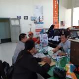 Anggota Banwaslu Kecamatan Tanggul saat koordinasi dengan pihak Kantor Pos dan Giro Tanggul (foto : istimewa / JatimTIMES)