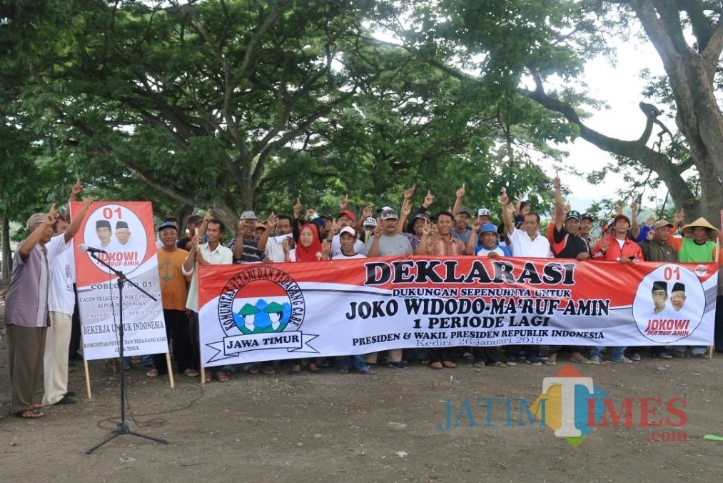 Kelompok petani cabai di Kecamatan Kepung, Kabupaten Kediri mendeklarasikan dukungan untuk Jokowi dua periode, Sabtu (26/1/2019). (Foto: B. Setioko/JatimTIMES)
