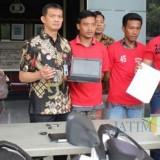 Polrestabes Surabaya saat mengamankan dua orang Debt Collector