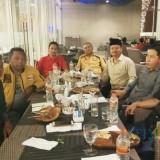 Sekretaris Tim pemenangan Jokowi-Ma�ruf Amin Kabupaten Banyuwangi M. Joni Subagio (kiri), bersama perwakilan partai pengusung Jokowi-Ma