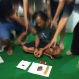 Tim Satresnarkoba Polres Lumajang saat menggrebek SH. (Foto: Istimewa/JatimTIMES)