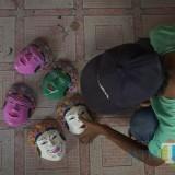 Wahyu Syahputra, sedang mengecek hasil kerajinanya. (Foto : Agung Wardoyo untuk JatimTIMES)