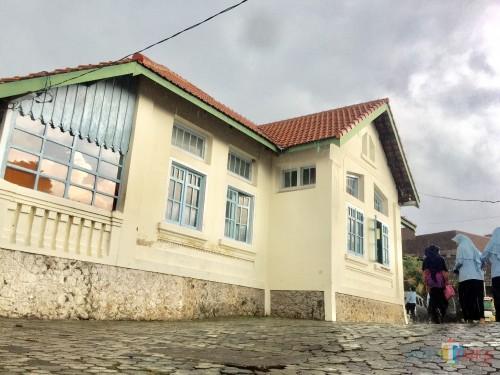 Salah satu cagar budaya Rumah Holiday yang berada di area parkiran Masjid At-Taqwa. (Foto: Irsya Richa/MalangTIMES)
