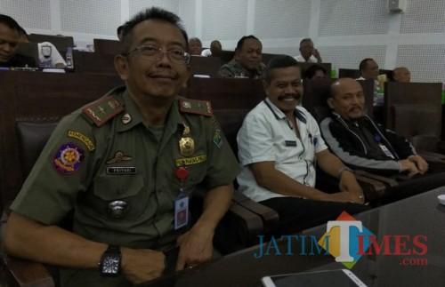 Kepala Satpol PP Kota Malang Priyadi (kiri) saat ditemui di gedung DPRD Kota Malang. (Foto: Nurlayla Ratri/MalangTIMES)